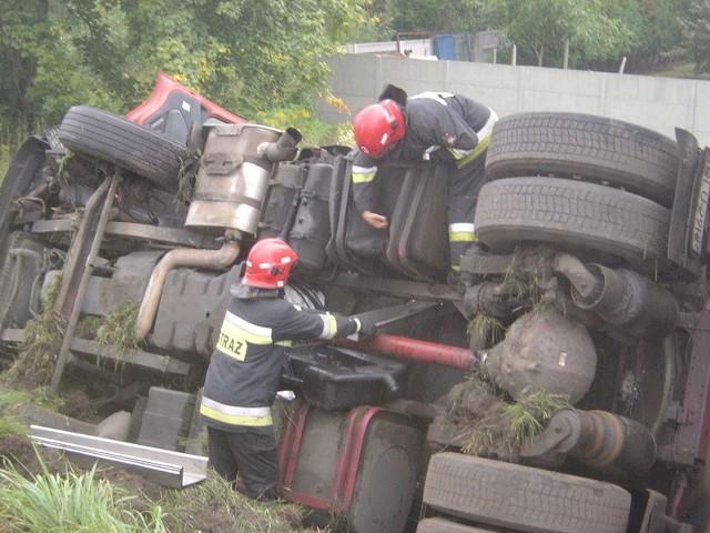Strażcy usuwali płyny, wyciekające z ciężarówki