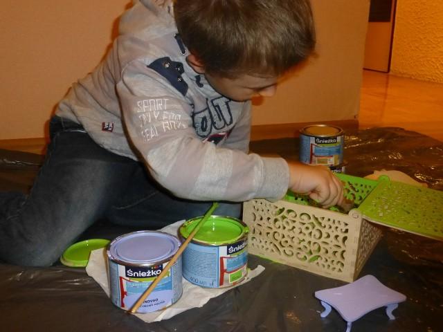 Malowanie drewnianych zabawekMalowanie drewnianych zabawek lub dekoracyjnych pudełek na skarby będzie frajdą dla dziecka i dobrym pomysłem na rodzinne spędzenie czasu.