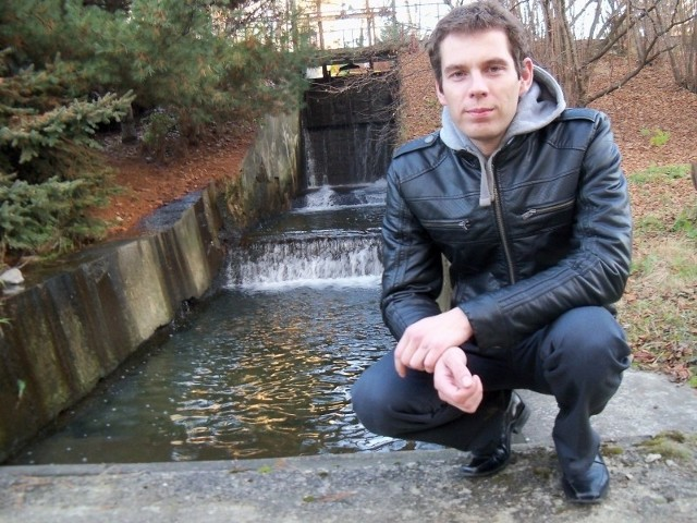 Michał Serema, właściciel małej elektrowni wodnej na Białej Głuchołaskiej: - Od 20 lat nie widziałem tak niskiego stanu rzeki. Woda ledwie porusza turbinę. Produkuję dwa razy mniej prądu niż rok temu.