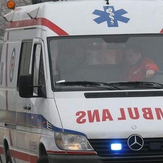 Dwie osoby podróżujące astrą trafiły do szpitala.
