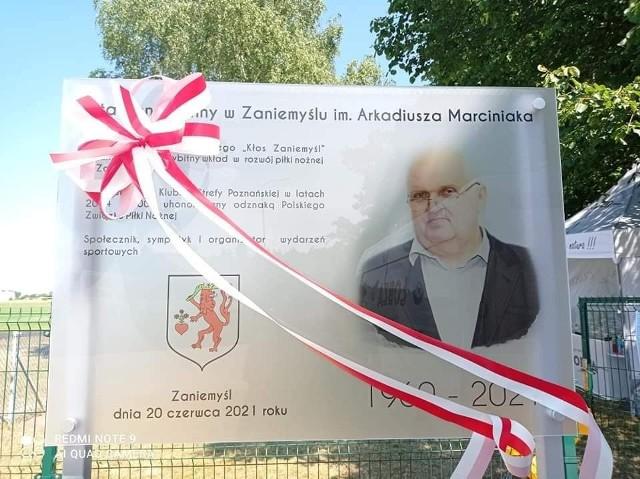 Przed stadionem w Zaniemyślu stanęła też tablica pamiątkowa z krótką  informacją o najważniejszych datach w życiu Arkadiusza Marciniaka