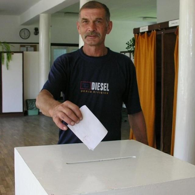 Do południa lokale wyborcze świeciły pustkami. Na zdjęciu glosowanie w Kolnicy.