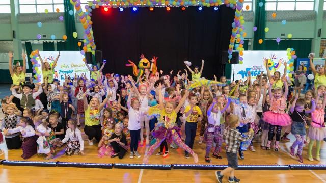 Wielki Taneczny Puchar PAARO 2019 odbędzie się  1-2 czerwca w hali widowiskowej przy Zespole Szkół Rolniczych (ul. Suchowolca 26). To prawdopodobnie największe wydarzenie taneczne dla dzieci w wieku przedszkolnym i szkolnym w naszym regionie. Wstęp jest bezpłatny.