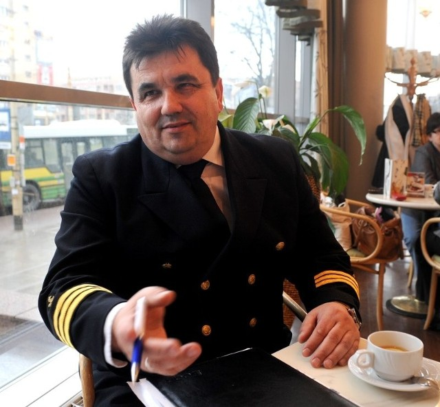 Krzysztof Kielek jest absolwentem Wyższej Szkoły Morskiej w Szczecinie. Wiele lat pływał na statkach Polskiej Żeglugi Morskiej i u obcych armatorów.