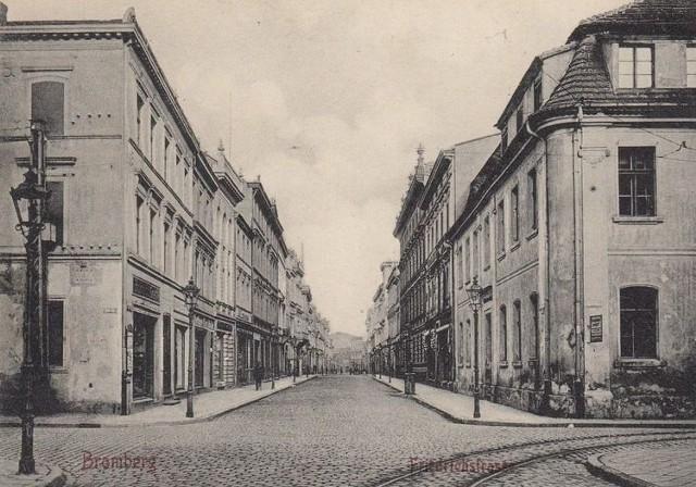 Blisko 200-letnia kamienica, która znajduje się przy ul. Długiej w Bydgoszczy zostanie wyremontowana. Dawniej mieścił się w niej ratusz, a do 2018 roku funkcjonował hotel. Kamienica powstała w latach 1830-33 i przez pierwsze pół wieku pełniła funkcję ratusza. Wcześniej istniały w tym miejscu 3 mniejsze kamieniczki. We wnętrzach zaprojektowano m.in. dużą i małą salę sesyjną oraz gabinet burmistrza. Budynek pierwotnie był dwupiętrowy.