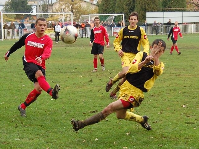 Piłkarze Limblachu (czerwono-czarne stroje) pewnie pokonali graczy Sokoła.