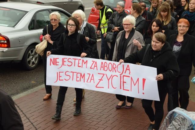 W Białymstoku odbył się Czarny Protest. Przeciwko zaostrzeniu przepisów aborcyjnych pikietowały setki osób. Marsz ruszył o godz. 15 z ulicy Skłodowskiej-Curie