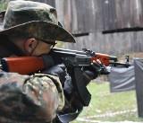W Opolu spotykają się entuzjaści Air Soft Gun. Mają repliki broni i strzelają plastikowymi kulkami