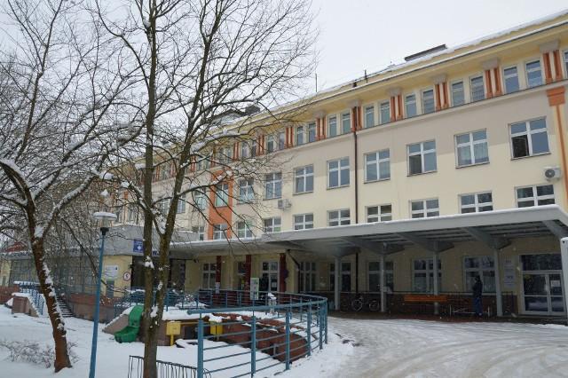 Wejście do szpitala w Stalowej Woli, gdzie w laboratorium można zrobić test na obecność  koronawirusa SARS-CoV-2