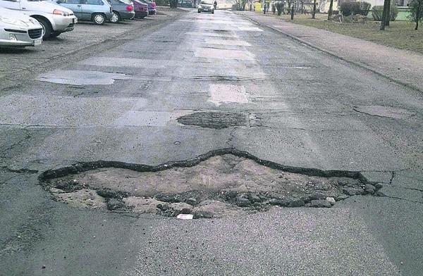 Dziura w jezdni na ul. Ćwiklińskiej. Podobnych jest w mieście bez liku.