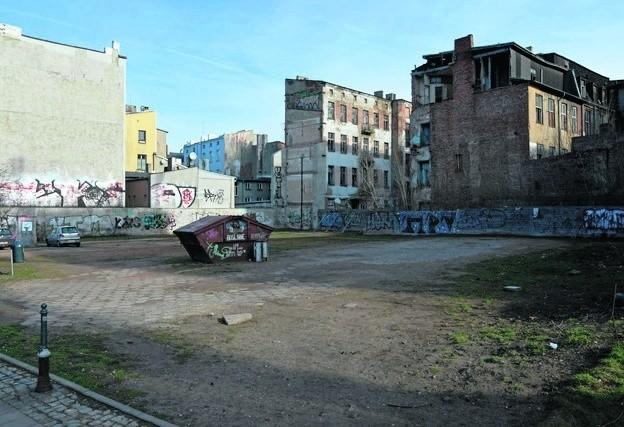 Jeden z planowanych parkingów ma stanąć tutaj, przy ul. Zachodniej 66/68.