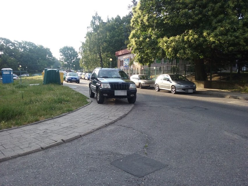 Tak codziennie parkuje kierowca tego Jeepa przy ul. Wojska...