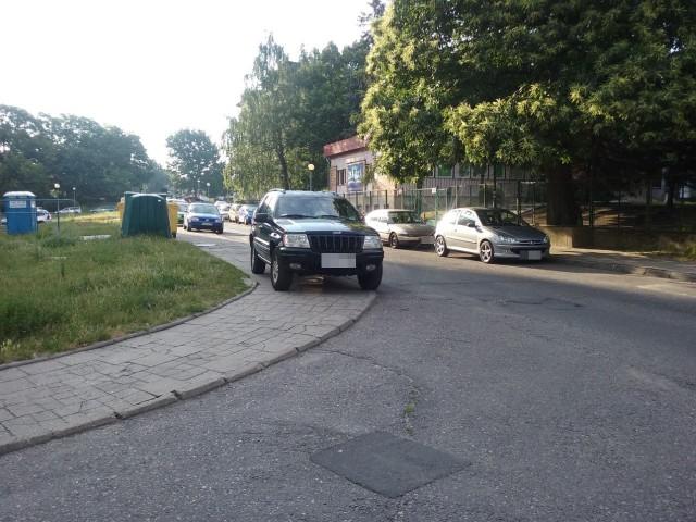 Tak codziennie parkuje kierowca tego Jeepa przy ul. Wojska Polskiego w Zielonej Górze