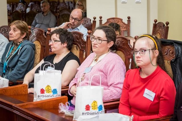 W ratuszu odbyła się wczoraj XVIII Sesja Osób Niepełnosprawnych.Uświetniły ją występy uczniów Kujawsko-Pomorskiego Specjalnego Ośrodka Szkolno-Wychowawczego nr 1 im. L. Braille'a. W sesji wzięli udział podopieczni warsztatów terapii zajęciowej, ośrodków szkolno-wychowawczych, szkół specjalnych i integracyjnych, środowiskowych domów pomocy samopomocy.Prognoza pogody na wtorek i środę 17 i 18 kwietnia z x-news TVN Meteo: