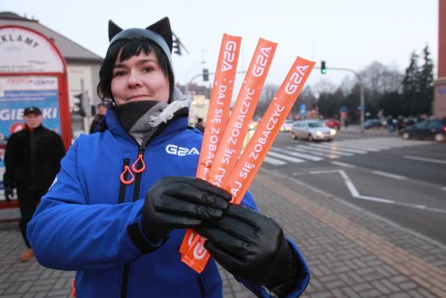 """Firma G2A.COM wraz z rzeszowską policją chcą zwiększyć bezpieczeństwo pieszych na drogach. Dziś w Rzeszowie rozpoczęła się akcja """"Daj się zobaczyć"""". Jej cel to rozdanie 20 tysięcy opasek odblaskowych, których zakup zasponsorowała firma G2A.COM. Dzisiaj odblaski rozdawane były w okolicach dworca PKP i PKS oraz ulicy Piłsudskiego obok Galerii Park Center. W środę będzie je można otrzymać w rejonie SP nr 5 na ul. Słocińskiej (w godz. 7.30-8.30), na ul. 3 Maja w pobliżu I LO (godz. 9-10), na ul. Rejtana i Warszawskiej obok ZS nr 2 oraz ZS Spożywczych (godz. 13-14) i na ul. Hoffmanowej oraz Lisa Kuli obok SP nr 3 i Galerii Graffica (godz. 14.30-15.30). Ostatni dzień akcji to sobota. Odblaski będą rozdawane w okolicach Galerii Rzeszów (godz. 13-14) oraz Millenium Hall (godz. 15-16). G2A.COM to firma o zasięgu globalnym. W Rzeszowie znajduje się jej największe centrum badawczo-rozwojowe, w którym pracuje ponad 700 osób."""