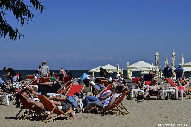 Zaśmiecone plaże to problem, który co roku wraca do nadmorskich miejscowości niczym bumerang