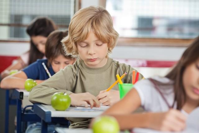 Rodzice podkreślają, że wielką ulgą są dla nich darmowe podręczniki dla najmłodszych. Ale... portfel i tak chudnie. Jak to jest możliwe?!