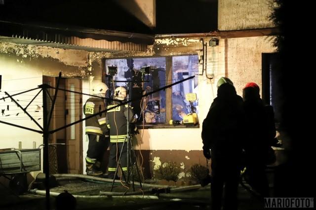 Pożar domu w Kadłubie Turawskim. W akcji gaśniczej uczestniczyło siedem jednostek straży pożarnej