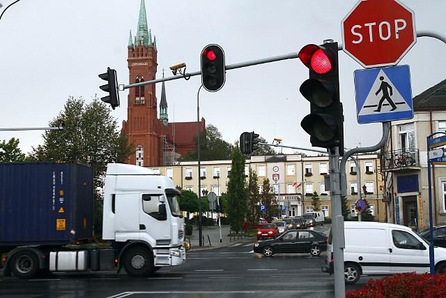 Na których polskich drogach jest najwięcej fotoradarów, gdzie są odcinkowe pomiary prędkości, a na których skrzyżowaniach zainstalowano kamery rejestrujące  przejazd na czerwonym świetle? Odpowiedzi na te pytania powinien znać każdy kierowca, który własnie planuje wyjazd na długi weekend. Oto raport o aktualnej sytuacji fotoradarowej w Polsce, który powstał na podstawie informacji pochodzących z systemu Yanosik.LISTA FOTORADARÓW NA KOLEJNYCH SLAJDACH
