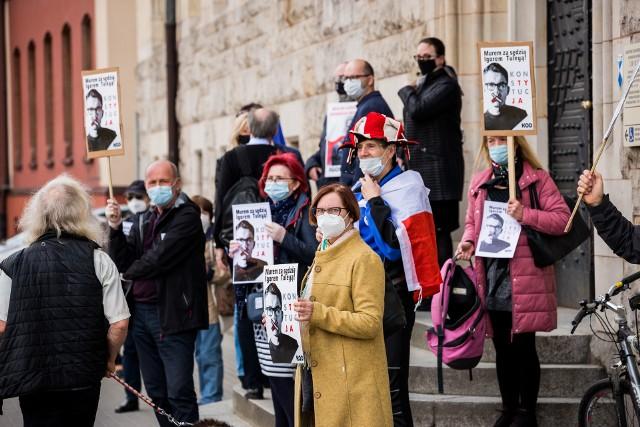 - Izba Dyscyplinarna Sądu Najwyższego nie jest sądem w rozumieniu prawa - skandował przez megafon Karol Słowiński, lider KOD w Bydgoszczy.