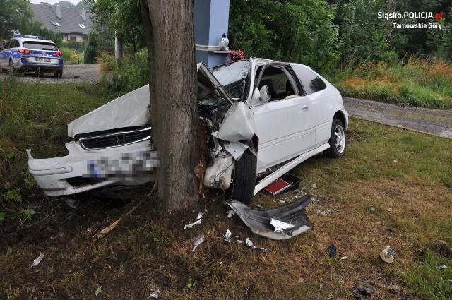 Tarnowskie Góry: pijany kierowca wjechał w drzewo. Mężczyzna miał blisko 2 promile alkoholu we krwi