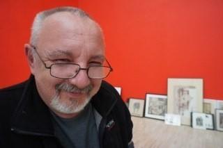 Ryszard Kaja w przerwie przygotowań do wystawy
