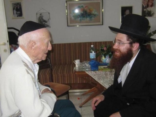 Israel Kristal (z lewej) mieszka dzisiaj w Hajfie. Jest pogodnym, uśmiechniętym starszym panem, który bardzo chętnie wraca wspomnieniami do czasów dzieciństwa spędzonego w Żarnowie i jego okolicach. Na zdjęciu w rozmowie z Nechemią Pinkusewiczem