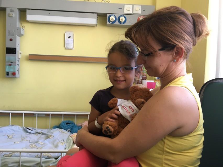 Mała Zuzia została dziś przyjęta na oddział pediatryczny Uniwersyteckiego Szpitala Klinicznego w Opolu. Na powitanie dostała misia.