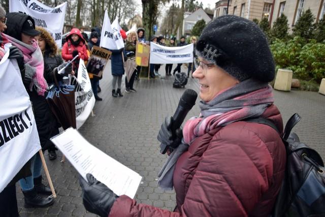 Szkolny protest przed urzędem