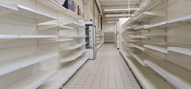 To już ostatnie dni działania sklepu Tesco przy ulicy Dylika na Teofilowie w Łodzi. Pustoszeją półki, bo towary są wyprzedawane po bardzo atrakcyjnych cenach. Na przykład o 70 % obniżone zostały ceny produktów  żywnościowych dla niemowląt. Co jeszcze można kupić?Czytaj na następnej stronie