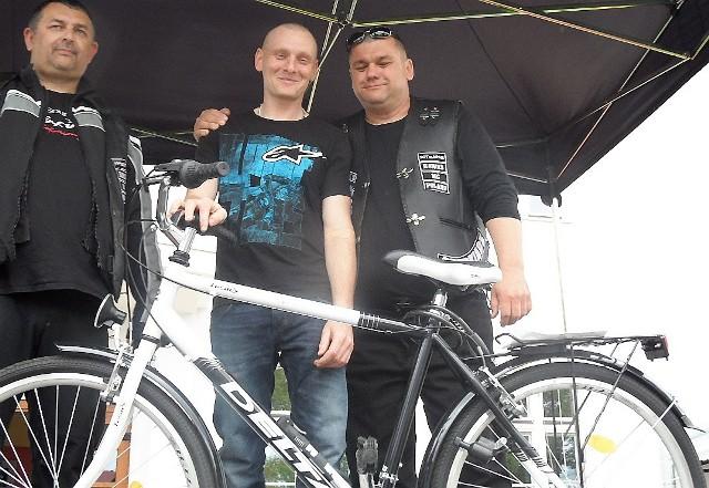 Spośród krwiodawców główną nagrodę - rower- wygrał Robert Mądrzejewski (w środku). Z prawej Mariusz Kawałkowski z GKM Hawks.