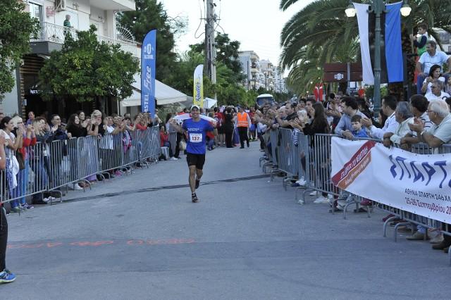 Artur Kujawiński na mecie ultramaratonu