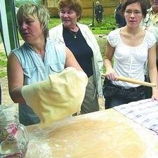 Dżenneta Bogdanowicz (pierwsza z lewej) nie tylko serwuje swoim gościom pierekaczewnik, ale również pokazuje, jak go przygotować