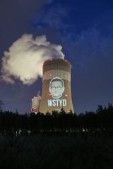 Akcja Greenpeace w Bełchatowie: wyświetlili twarz premiera Morawieckiego na kominie