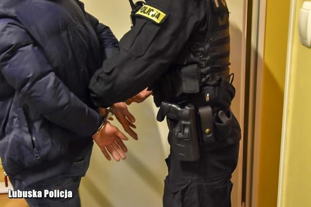 Zatrzymany 45-latek miał wyzywać policjantów i grozić odebraniem im życia.
