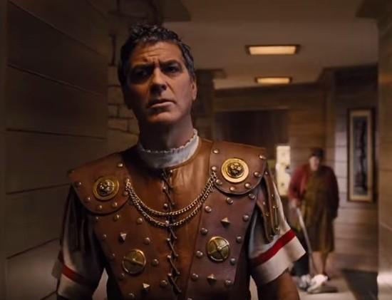 """Grany przez George'a Clooneya rzymski dostojnik  to ewidentna karykatura filmu """"Ben Hur"""""""