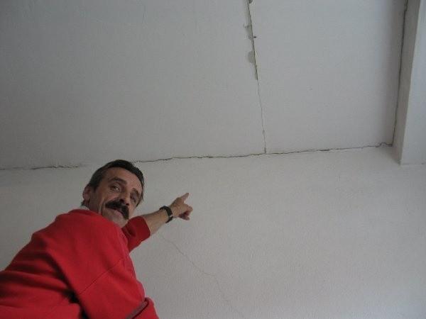 Piotr Krawczyński z ul. Pułaskiego 29 pokazuje  zarysowania na suficie, w korytarzu przed swoim  mieszkaniem, które pojawiły się po wczorajszym  wstrząsie.