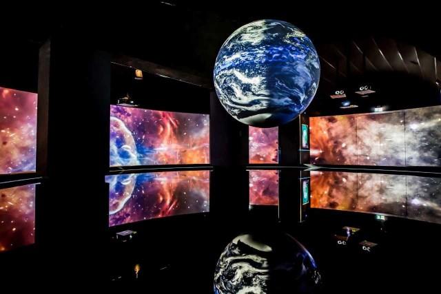 Centrum Edukacji Ekologicznej Hydropolis to unikatowe centrum wiedzy, które łączy walory edukacyjne z nowoczesną formą wystawienniczą. Odkrywa procesy, w których bierze udział woda – od funkcji pełnionych w ciele człowieka, po prądy oceaniczne, które kształtują klimat na Ziemi. Wystawa podzielona jest na 9 stref tematycznych, każda z nich przedstawia substancje życia z innego ujęcia.Hydropolis, to miejsce, w którym technologie multimedialne, interaktywne instalacje, wierne repliki i modele oraz bogate w informacje ekrany dotykowe służą jednemu celowi: ukazaniu wody z różnych, fascynujących perspektyw. W ciągu 2,5 letniej działalności Hydropolis odwiedziło blisko 700 000 gości, czyniąc Hydropolis jedną z najczęściej odwiedzanych atrakcji Dolnego Śląska.