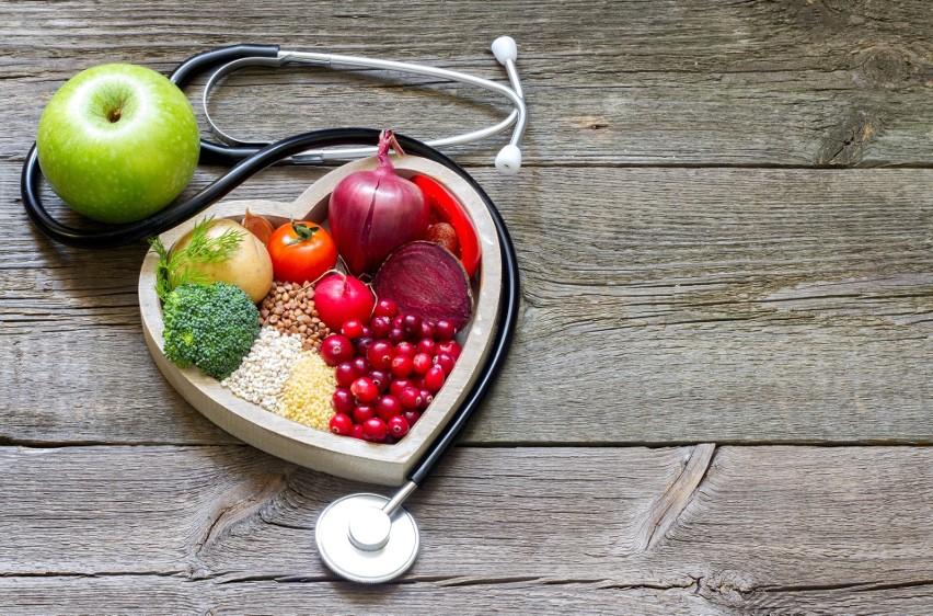"""Wysoki cholesterol zwiększa ryzyko chorób serca, dlatego często obniża się go za pomocą leków. Tymczasem istnieje zestaw produktów spożywczych, które poprawiają skład lipidowy krwi i dzięki temu chronią arterie przed miażdżycą. Zyskał on nazwę dietetycznego portfolio, a jego działanie potwierdzono w badaniach. W skład diety portfolio wchodzą produkty bogate w związki, których spożycie prowadzi do obniżenia we krwi """"złego"""" cholesterolu LDL. To frakcja o małych cząsteczkach, które łatwo odkładają się w naczyniach krwionośnych, prowadząc do ich zwężenia, rozwoju procesów zapalnych i zagrażając powstaniem zakrzepów krwi.Skuteczność polecanych produktów została potwierdzona w badaniach, a ich wyniki opisano na łamach """"Progress in Cardiovascular Disease"""". Dowiedziono, że dieta portfolio:▪ obniża stężenie cholesterolu o 17 procent,▪ zmniejsza ryzyko rozwoju choroby wieńcowej serca na przestrzeni dekady o 13 procent,▪ obniża poziom trójglicerydów,▪ redukuje ciśnienie tętnicze krwi,▪ obniża poziom białka C-reaktywnego, które jest wskaźnikiem stanu zapalnego w organizmie. Aby osiągnąć takie korzyści, polecane produkty należy jeść codziennie – tak, aby każdego dnia dieta zapewniała w sumie co najmniej 50 g roślinnego białka, 42 g orzechów, 20 g rozpuszczalnego błonnika i 5 g roślinnych steroli.Sprawdź, jakie produkty wybrano w badaniach i jak najłatwiej włączyć je do diety!"""