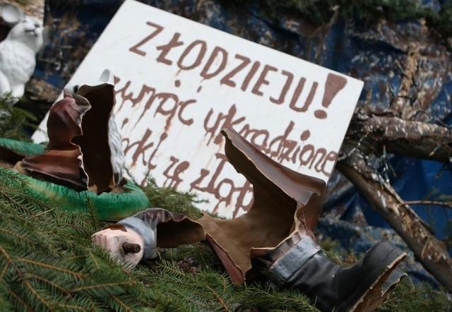 Zniszczone figurki bożonarodzeniowe w szopce księdza Antoniego Ołowia.