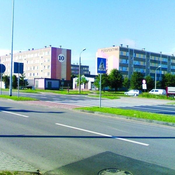 Budując nową nitkę Szosy Zambrowskiej, wymalowano przejście dla pieszych. Tylko do połowy ulicy...