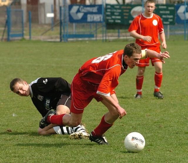 Polonia (czerwone stroje) niemiło zaskoczyła swoich kibiców przegrywając 1-2 ze Skołyszynem.