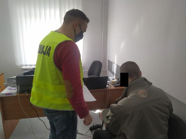 Golubsko-dobrzyńscy policjanci zatrzymali 28-letniego kierowcę tira. Mężczyzna w bardzo trudnych warunkach atmosferycznych wyprzedzał radiowóz i stwarzał zagrożenie na drodze. Okazało się, że mieszkaniec powiatu toruńskiego posiadał narkotyki, a także był pod ich wpływem