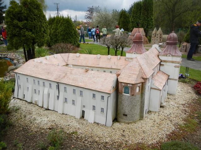 W skansenie można ogladać m.in. miniaturę dawnego klasztoru w Mogilnie.