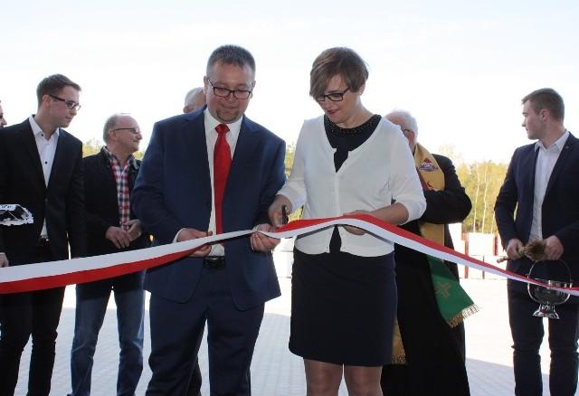 W Woli Morawickiej Otwarto skład budowlanySymboliczną wstęgę na otwarcie składu w przeciął właściciel Tomasz stochmal z żoną Joanną.