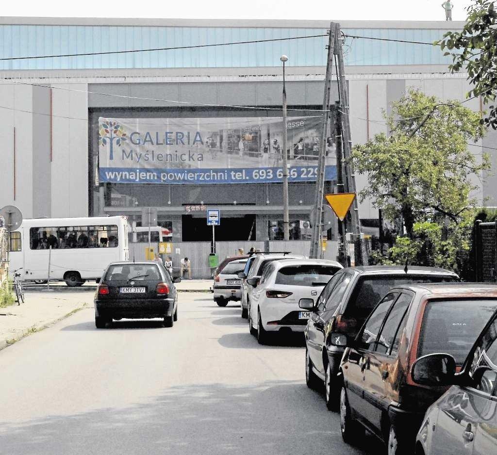df05e78bce6f5 Po latach wątpliwości Galeria Myślenicka, tuż obok dworca busów, jest prawie  gotowa