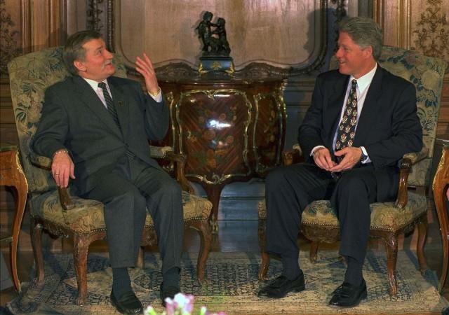 """Bill Clinton przyjechał do Polski dwa razy. Podczas pierwszej wizyty wyraził poparcie dla przystąpienia Polski do NATO. W 1997 roku wygłosił przemówienie na Placu Zamkowym, podczas którego padły słowa """"Wolność odrodziła się tu osiem lat temu, kiedy zmieniliście bieg historii."""""""