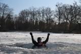Chciał się poślizgać. Pod spacerowiczem załamał się lód na stawie, utonął pies!