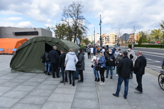 Masowe szczepienia przeciw COVID-19 w Toruniu. Przed Jordankami znowu tłumy! [zdjęcia]