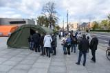 Masowe szczepienia przeciw COVID-19 w Toruniu. Przed Jordankami znowu tłumy! Szczepionki się kończą [zdjęcia]